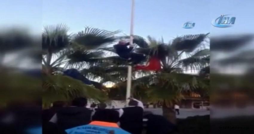 Alanya'da Türk bayrağını indirmek isteyen kişiye linç girişiminde bulunuldu