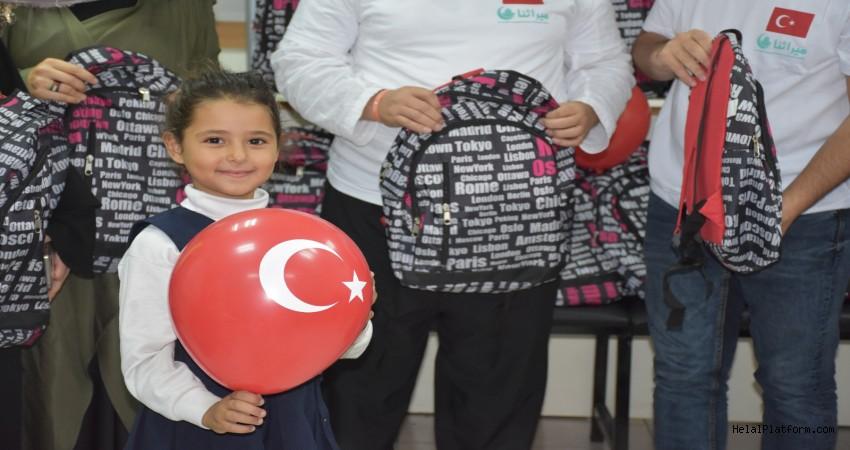 Kudüslü çocuklar okul çantaları ile sevindi