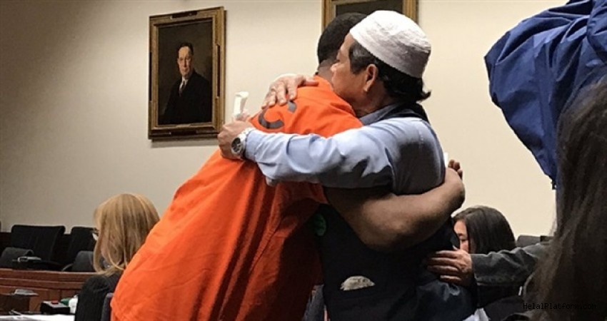 Müslüman baba oğlunun katilini sarılarak affetti
